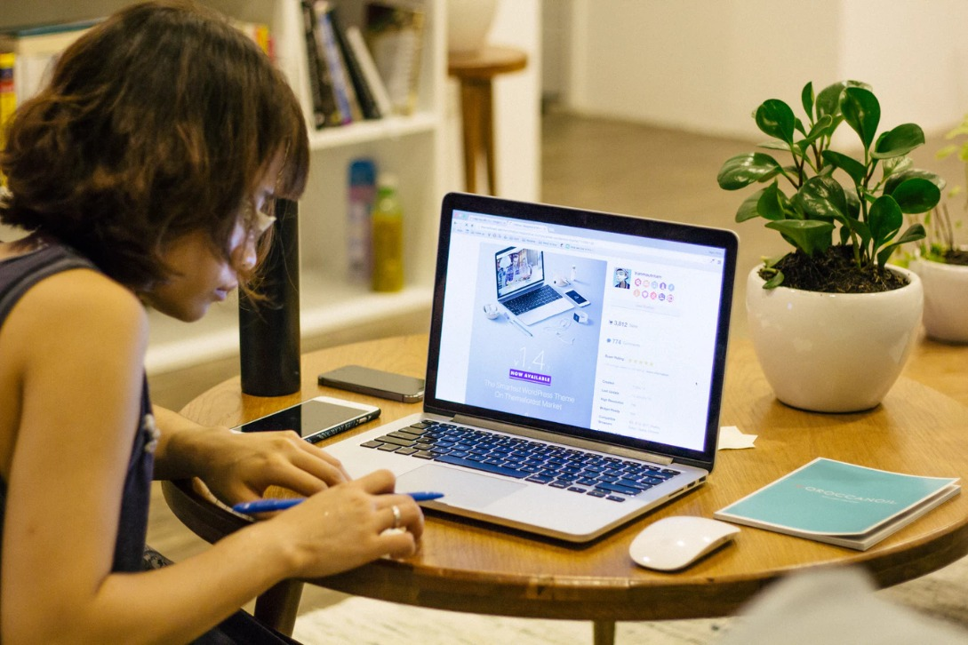 Choose from the latest study table designs online by keeping these 4 Factors in Mind